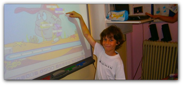 μαθητής σε διαδραστικό πίνακα
